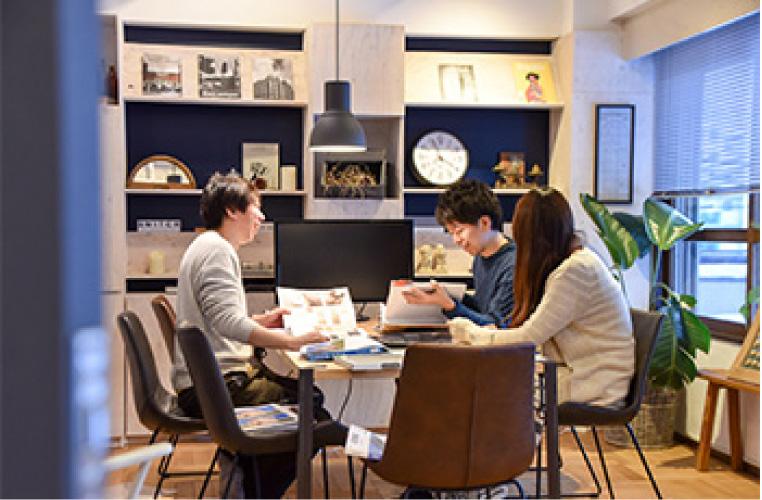 RENOVES事務所での打ち合わせ風景。設計スタッフがお客様の想いをお聞かせいただきながら、楽しいワクワクする家づくりを進めていきます。